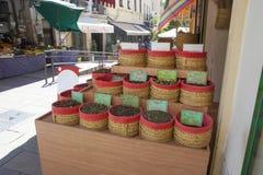 Специи, семена и чай продали в традиционном уличном рынке, Grana стоковые фото
