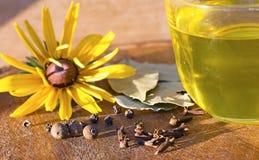 Специи, черный перец, allspice, лист залива, цветок, желтый цвет, оливка Стоковое фото RF