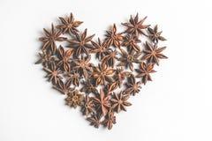 Специя анисовки звезды в форме плодоовощей и семян сердца, изолированных на белом крупном плане предпосылки Стоковое Изображение RF