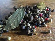 Специя зерен черного перца естественная стоковые изображения rf