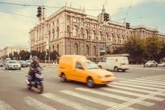 Спеша автомобили и велосипеды с нерезкостью движения на дороге австрийской столицы, места всемирного наследия ЮНЕСКО Стоковое Фото