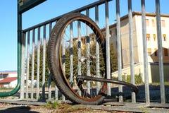 Спешенные колеса без велосипеда прикрепленного к стробу города Стоковые Изображения RF