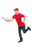 Спешить, который будет находи во времени. Жизнерадостное молодое работник доставляющее покупки на дом бежать с Стоковые Изображения RF
