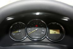 Спидометр современного автомобиля Пульт управления, датчик Измерение расстояния, пробега Стоковое Изображение