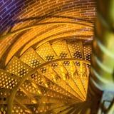 Спиральные лестницы с проступями сетки против кирпичной стены стоковая фотография rf