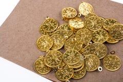 Спиральная тетрадь и золотые монетки Стоковые Изображения RF