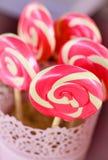 Спиральные розовые леденцы на палочке сахара Стоковое фото RF