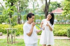 Спирометр старшего азиатского дуновения матери стимулирующий или 3 шарика для простимулировать легкего, ободрить дочь принять заб стоковые изображения rf