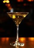 Спиртной коктеиль с оливками Стоковые Фотографии RF