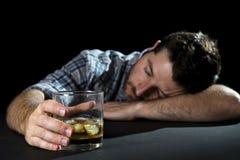 Спиртной человек наркомана пьяный с стеклом вискиа в концепции алкоголизма стоковое изображение