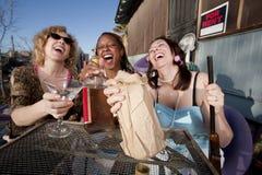 спирт выпивая 3 женщин стоковое фото rf