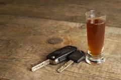 Спирт и управлять Опасность на дорогах Алкоголичка за колесом Ключи автомобиля на баре Стоковое Изображение RF