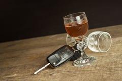Спирт и управлять Опасность на дорогах Алкоголичка за колесом Ключи автомобиля на баре Стоковые Изображения
