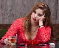 Спирт подавленной женщины выпивая Стоковые Изображения