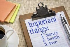 Список важных вещей на доске сзажимом для бумаги с кофе Стоковые Фото