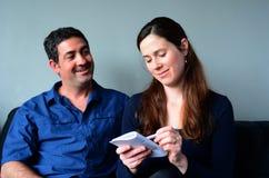 Список покупок счастливых пар заполняя стоковое изображение