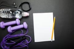 Список случаев для спорт и теряя вес на фоне оборудования фитнеса r стоковые изображения rf