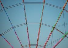 Спицы красочного колеса ferris на туристском назначении стоковая фотография rf