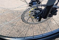 спицы металла на черном колесе велосипеда стоковое изображение rf