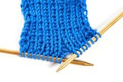 2 спицы при изолированная ткань knit шерстяная стоковое фото rf