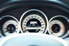 Белый спидометр автомобиля Стоковое Фото