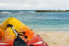Сплавляться и прополощите seashore на красивом белом песке Labadee, Гаити стоковые изображения rf