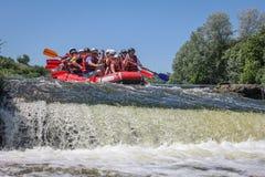 Сплавлять команду, водные виды спорта лета весьма Группа людей в сплавляя шлюпке, красивой стоковая фотография