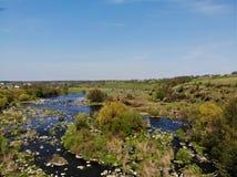 Сплавлять место на речных порогах на реке ошибки Pivdenniy, взгляд трутня Деревня Sokilets, район Nemyriv, регион Vinnytsya, Укра стоковое фото rf