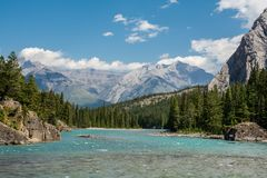 Сплавлять на реке смычка в соотечественнике Banff стоковая фотография rf