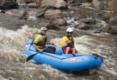 Сплавлять whitewater 2 людей на популярном реке Poudre в Колорадо на реке Poudre, Колорадо, США, 8-ое мая Стоковое Изображение RF