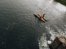 Сплавляющся на каяке и сплавляющ деятельность на местной запруде реки в городе Челябинска в России стоковые изображения