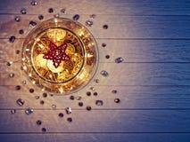 Сплетенная диаграмма звезды внутри больших стеклянных изделий на деревянной предпосылке Стоковые Фото