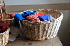 Сплетенные корзины заполнили с пряжей, товарами knit, иглами и как раз выбрали яблока Стоковая Фотография