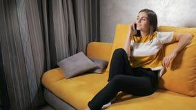 Сплетни женщины по телефону акции видеоматериалы