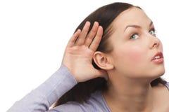 Сплетня женщины слушая Стоковые Фото