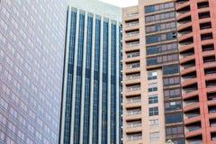 Сплошная линия современных высоких поднимая зданий внутри к центру города Стоковые Изображения