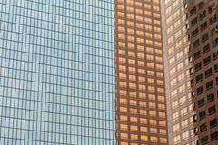 Сплошная линия современных высоких поднимая зданий внутри к центру города Стоковые Изображения RF