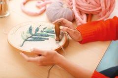 Сподручный needlewoman шить красивый орнамент Стоковое Фото