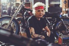 Спокойная бабушка размещая около велосипеда стоковые фотографии rf