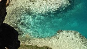 Спокойная вода бирюзы каскадируя над мелким дном озера сток-видео