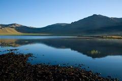 Спокойная вода на большом белом озере Монголия Стоковые Изображения RF