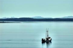 Спокойная вода, рыбацкая лодка, Juneau, Аляска, США Стоковые Фотографии RF