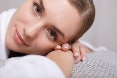 Спокойная девушка ослабляя на салоне курорта Стоковое Фото