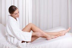 Спокойная девушка удовлетворяется с процедурой по skincare на салоне красоты стоковая фотография