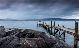 Спокойная деревянная пристань в открытых морях после шторма, Holywood, Северной Ирландии стоковое фото