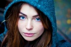 Спокойная девушка с голубыми глазами в клобуке Стоковая Фотография