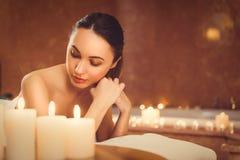 Спокойная девушка luxuriating в комнате ароматности стоковые фото