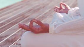 Спокойная женщина делая йогу бассейном видеоматериал
