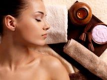 Спокойная женщина ослабляя в салоне курорта Стоковое фото RF