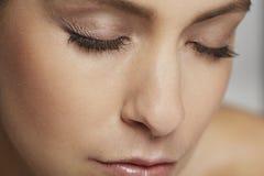 Спокойная женщина при закрытые глаза Стоковое Изображение